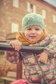 Usmívající se krásná dívka v pastelových barvách — Stock fotografie