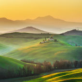 Sunny landscapes and beautiful mornings on the fields in Tuscany — Stock Photo