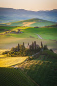 Tuscan house on the misty hills — Stock fotografie