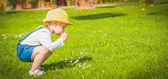 Girl with bubbles on green summer the grass — Stockfoto