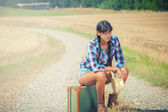 Krásná brazilská žena s kufrem na výlet. — Stock fotografie