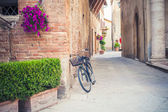 Black vintage bicycle left on a street in Tuscany, Italy — Stock Photo