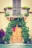 Typical Tuscan door with plants, and a balcony — Foto de Stock