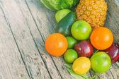 Kleurrijke vruchten op bruin hout in natuurlijk licht — Stockfoto