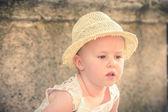 Smějící se nádherná a krásná holčička v slaměný klobouk — Stock fotografie