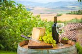 Red wine and grapes with pecorino cheese the Tuscan, Italy — Stock Photo