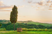 Tuscan well in the landscape of the Val d'Orci, Tuscany — Stock Photo