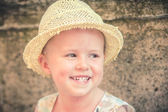 Rindo menina linda e bonita em um chapéu de palha — Foto Stock