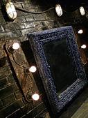 墙背景与灯泡和框架 — 图库照片