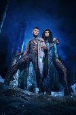 Homme et femme dans la forêt mystérieuse — Photo