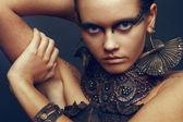 Frau mit airbrush make-up und zubehör — Stockfoto