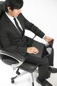 Hombre de negocios asiáticos sonrientes con tablet pc — Foto de Stock
