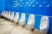蓝色的墙上的小便池 — 图库照片