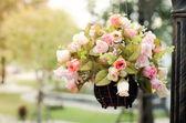 Accrocher le panier de fleurs — Photo