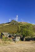 испания, галисия, ветряные турбины и древняя усадьба — Стоковое фото