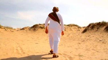 Uomo mediorientale che cammina nel deserto — Video Stock