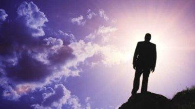 Młody człowiek komplet biznes osiągając sukces słońce pochodni kultu — Wideo stockowe