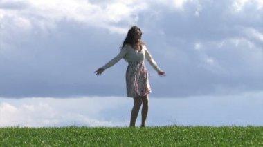 Donna di filatura e saltando nella pioggia di primavera — Video Stock