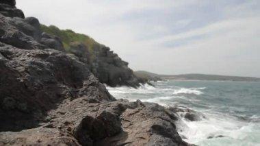 Skály na okraji rozbouřeném oceánu — Stock video