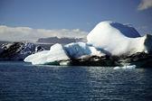 Blauwe en witte ijsbergen — Stockfoto