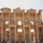Tourists admiring Celsus Library Ephesus — Stock Photo