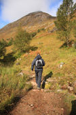 Adam üzerinden i̇skoçya tepeler hiking — Stok fotoğraf