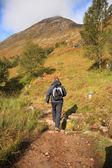 Man vandring genom skotska bergen — Stockfoto