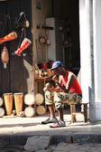 Man sat outside musical instrument shop — Stock Photo