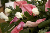 Cala lillies and roses — Stock Photo