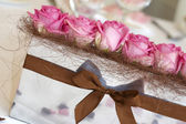 Pink roses on the wedding table — Stock Photo