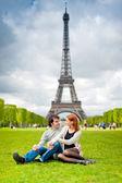 älskande par nära eiffeltornet i paris — Stockfoto