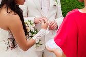 The wedding ceremony, the bride and groom exchange rings. — Stockfoto