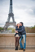 Loving couple kissing near the Eiffel Tower in Paris — Stock Photo