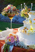 Bouquet and wedding cake. — Foto de Stock