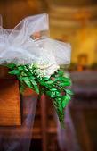 Biała róża w kościele. — Zdjęcie stockowe