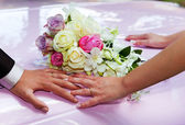 Wedding rings and bouquet. — Stock Photo