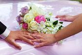 结婚戒指和花束. — 图库照片