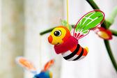 Opknoping bijen in babyruimte. — Stockfoto