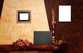 Dos marcos vacíos y pizarra de pared amarilla y marrón — Foto de Stock