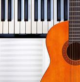 Kytara, piano a skóre. — Stock fotografie
