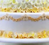 Gâteau de mariage avec des fleurs — Photo