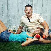 Manželský pár na trávníku — Stock fotografie