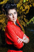 Chica atractiva en el parque otoño — Foto de Stock
