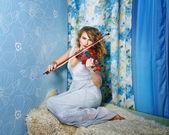 Girl and violin — Stock Photo