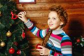 Ragazza decora l'albero di natale — Foto Stock