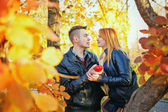 Paar holding herz — Stockfoto