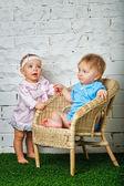 Kinder spielen im Garten — Stockfoto