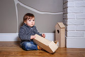 Child plays with starling house — Stock Photo
