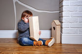 Child plays with starling house — Stockfoto