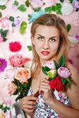 çiçek ile şirin kız — Stok fotoğraf